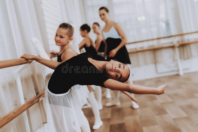 Formation de ballet du groupe de filles avec le professeur image libre de droits