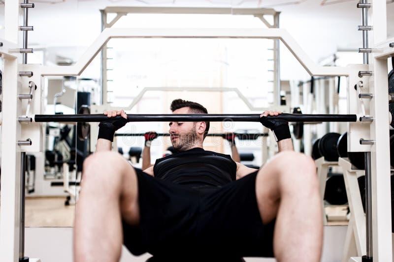 Formation de Bodybuilder dans le gymnase : coffre - banc de pente de barbell images libres de droits