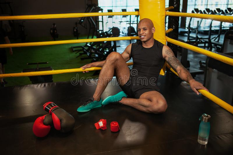 Formation de boxe masculine africaine belle de combattant au gymnase photos libres de droits