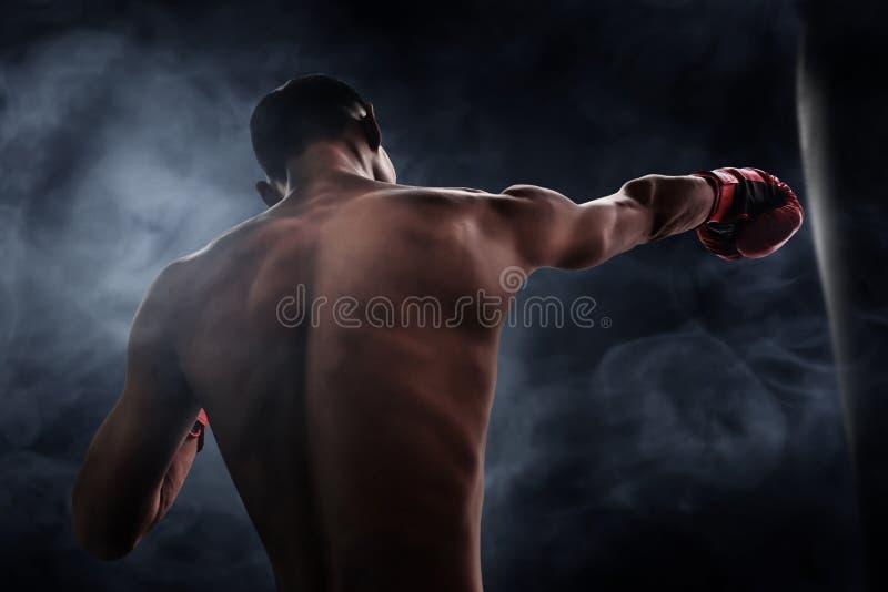 Formation de boxeur avec le sac de sable photos stock