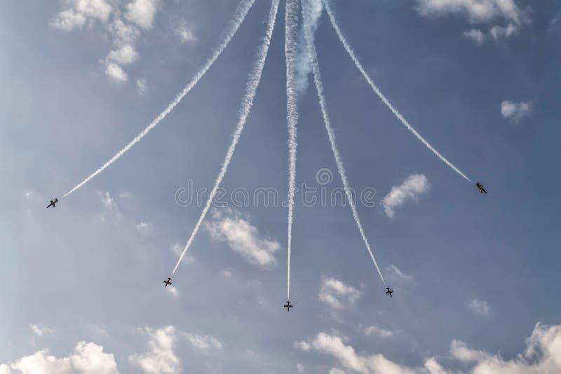 Formation de cinq avions dans le ciel à un salon de l'aéronautique photos libres de droits