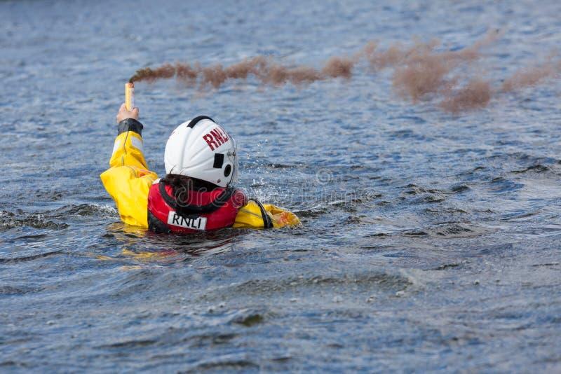 Formation de délivrance de l'eau d'équipage de la garde côtière photographie stock
