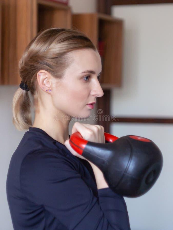 Formation de femme avec le kettlebell photos stock