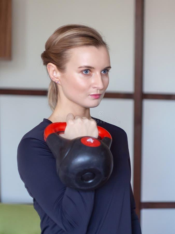 Formation de femme avec le kettlebell image stock