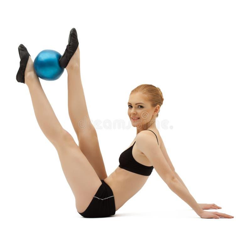 Formation de femme de beauté avec la bille gymnastique images libres de droits