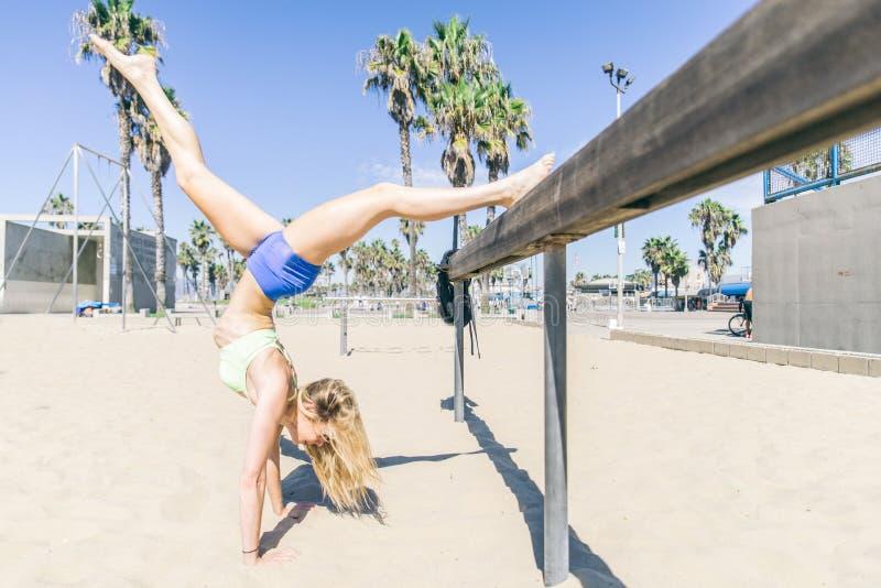 Formation de femme sur la plage images stock