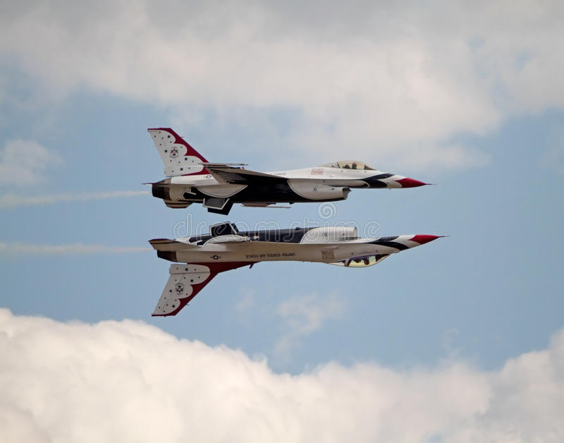 Formation de l'U.S. Air Force Thunderbird de deux avions photo stock