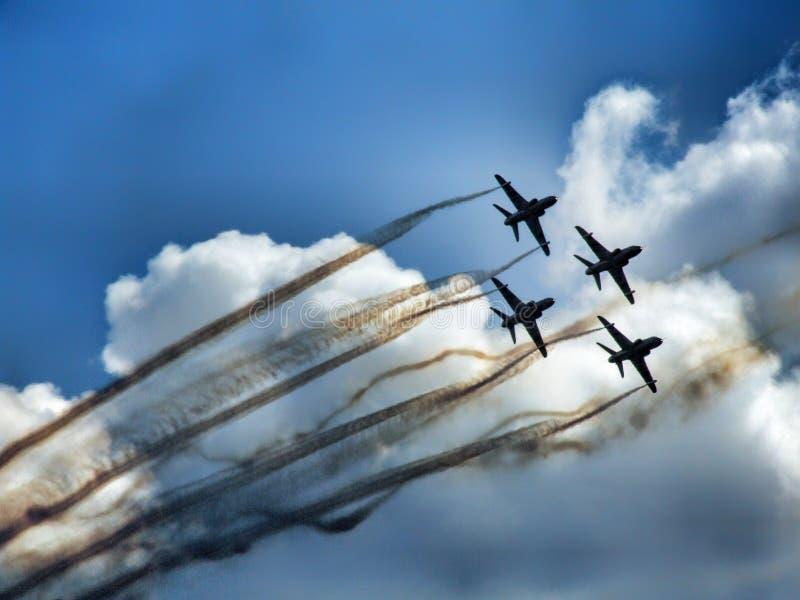 Formation de quatre avions ? r?action dans l'?quipe acrobatique a?rienne photo stock
