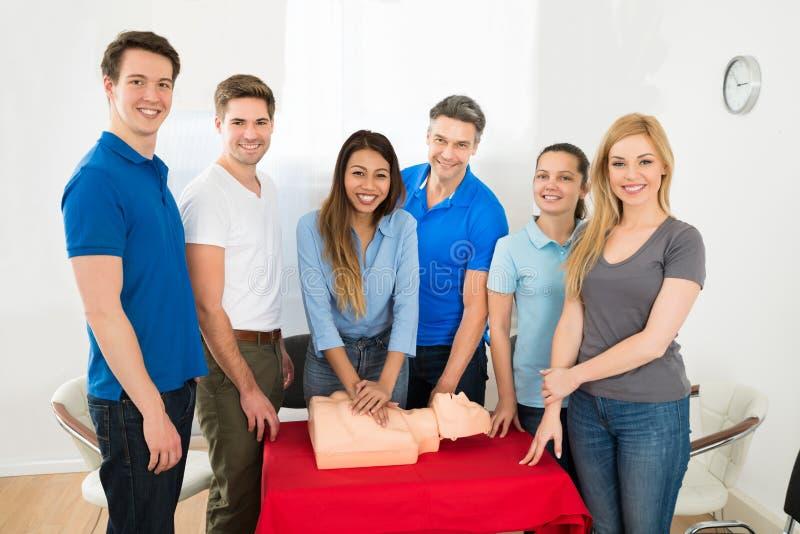 Formation de ressuscitation utilisant le simulacre de premiers secours images stock