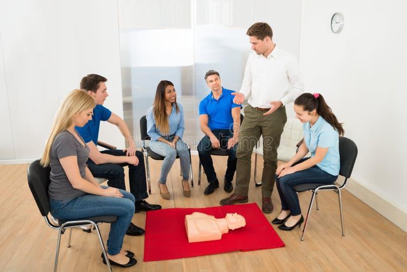 Formation de ressuscitation utilisant le simulacre de premiers secours photos libres de droits