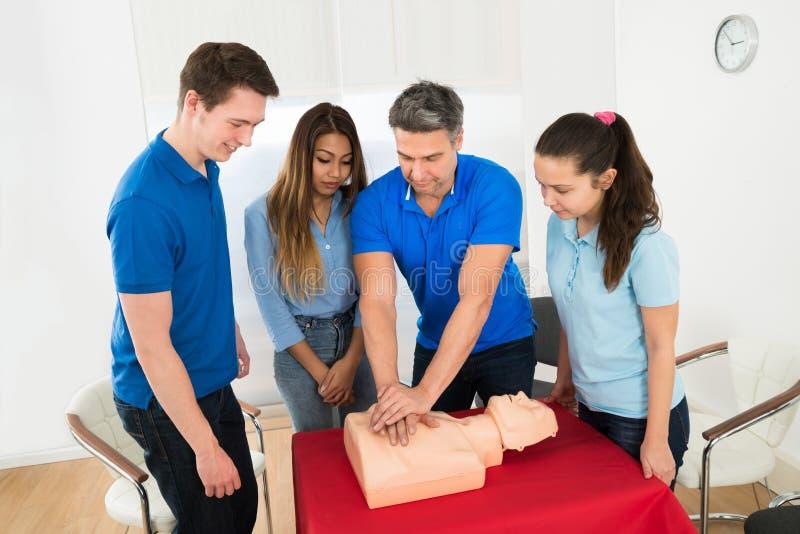 Formation de ressuscitation utilisant le simulacre de premiers secours images libres de droits