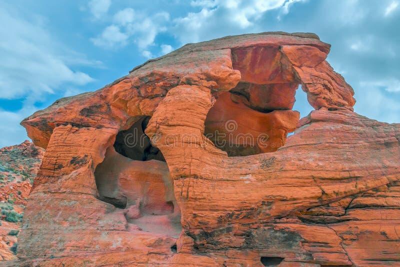 Formation de roche érodée de grès rouge en vallée de parc d'état du feu nevada LES Etats-Unis photo stock