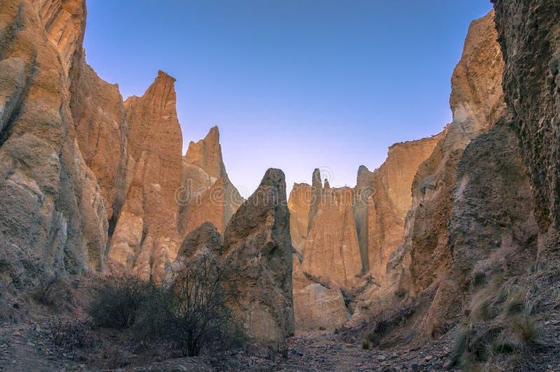 Formation de roche célèbre de grès d'Omarama Clay Cliffs de destination de touristes photo stock