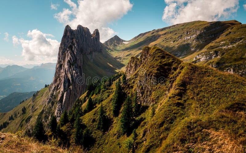 Formation de roche dans l'alpstein suisse de montagnes, type se tenant sur une montagne image libre de droits