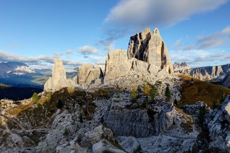 Formation de roche de Cinque Torri sous le soleil de soirée, Alpes de dolomite, il photographie stock libre de droits