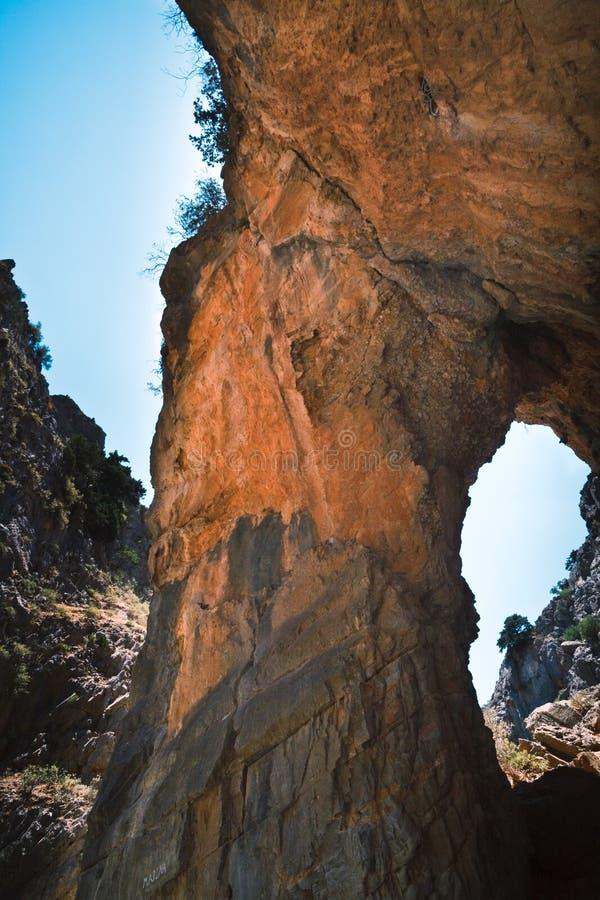 Formation de roche rouge dans la fissure d'Imbros sur Crète photographie stock