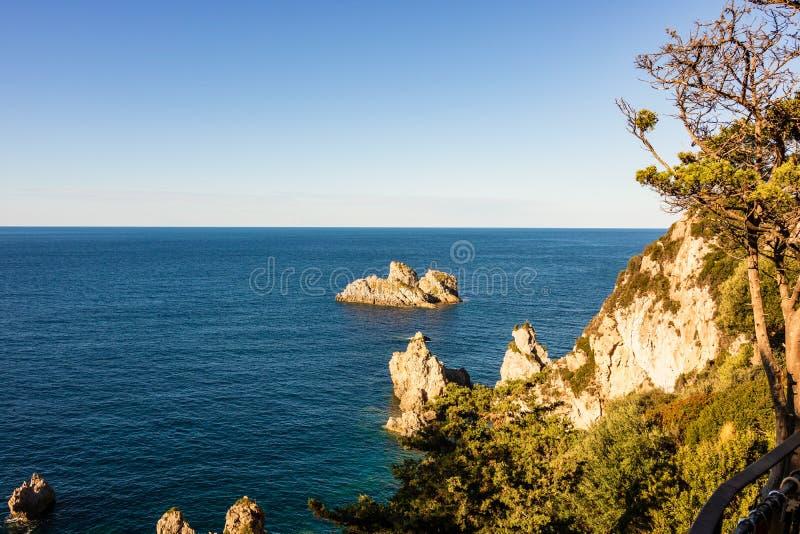Formation de roche sur la côte de Corfou, Grèce photos stock