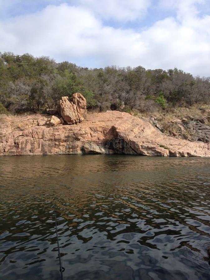 Formation de roche sur le lac d'encres photographie stock libre de droits