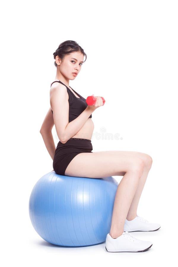 Formation de sport de femme de forme physique avec la boule d'exercice photographie stock libre de droits