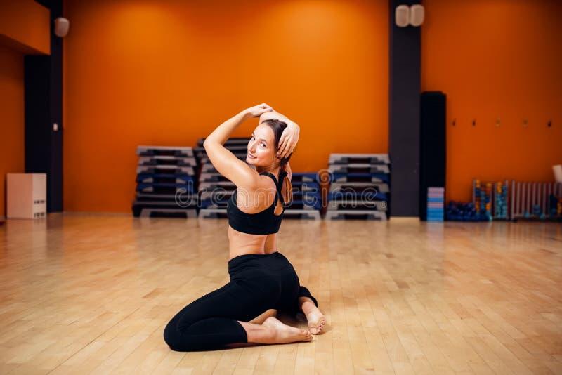 Formation de yoga, femme faisant étirant l'exercice photos libres de droits