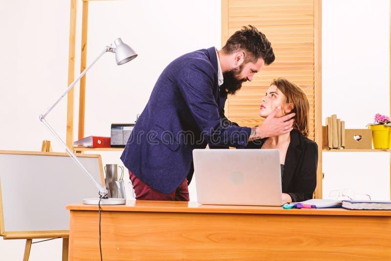 Formation des liens ?troits avec le coll?gue affaire de lieu de travail Patron et secr?taire ayant l'affaire douce Aventure amour image stock