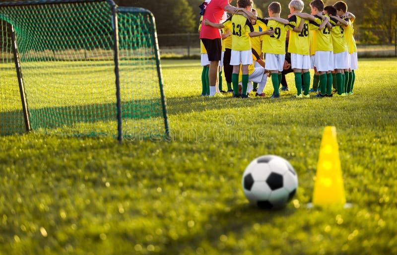 Formation du football du football pour de jeunes garçons Stage de formation sur le terrain de football d'herbe photographie stock libre de droits