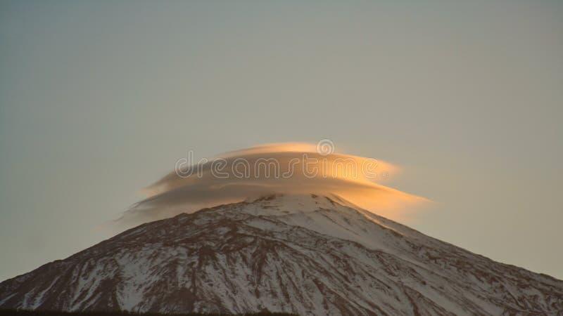 Formation extraordinaire de nuage au-dessus de la montagne image libre de droits
