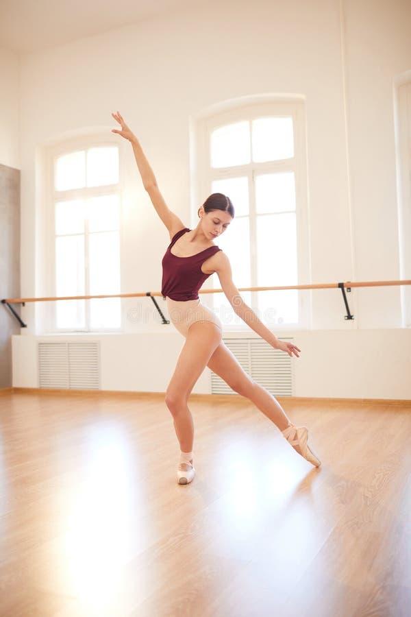 Formation femelle de danseur dans le studio vide de ballet image stock