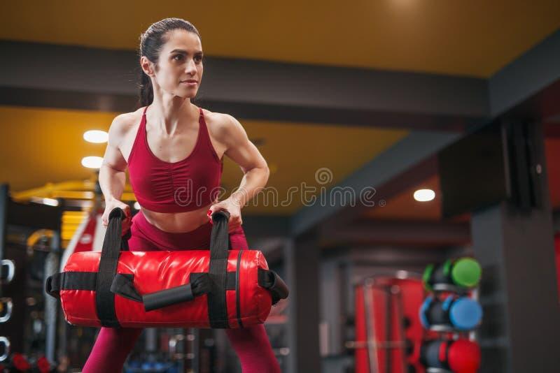 Formation forte de femme adulte avec le sac de poids image stock