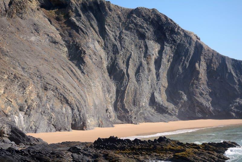 Formation géologique sur la plage image stock