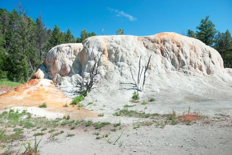 Formation orange de terrasse de monticule de ressort chez Mammoth Hot Springs images stock