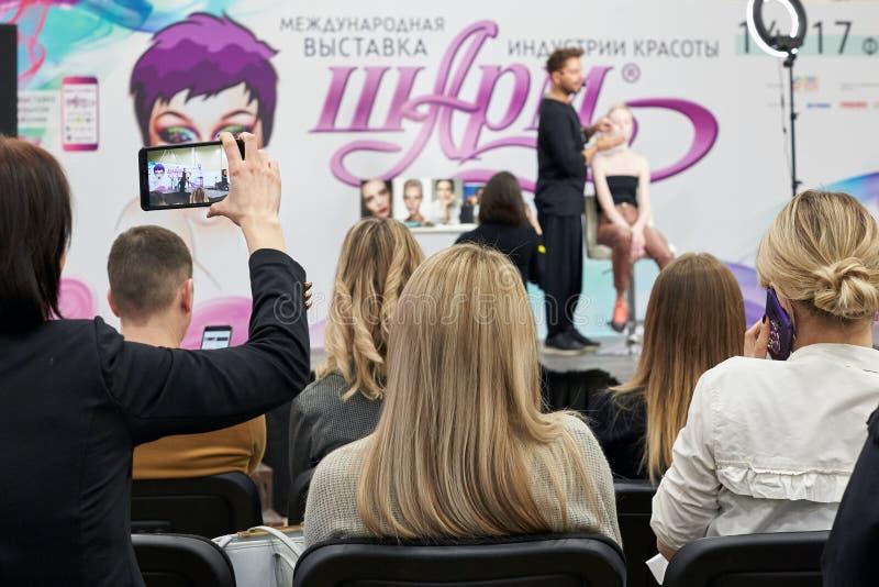 Formation ou un séminaire sur des tendances modernes dans le maquillage image stock