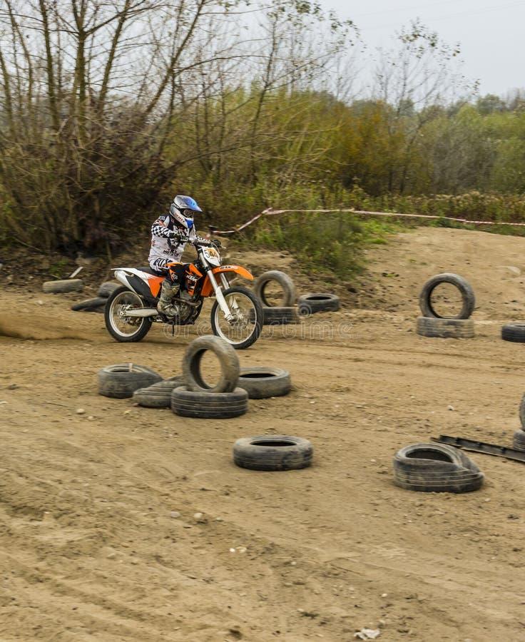 Formation sur un enduro de moto image stock