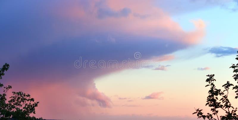 Formations color?es de haute r?solution de coucher du soleil et de nuage de lever de soleil dans le ciel photographie stock libre de droits