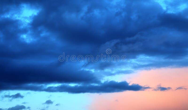 Formations color?es de haute r?solution de coucher du soleil et de nuage de lever de soleil dans le ciel image stock