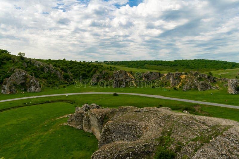 Formations de roche de chaux de paysage de montagne Dobrogea photographie stock libre de droits