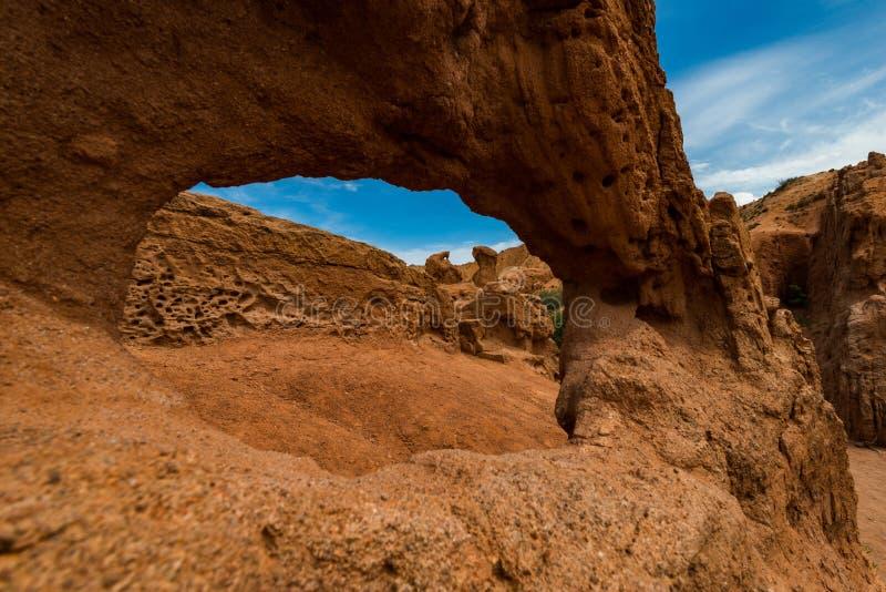 Formations de roche colorées en canyon de conte de fées, Kirghizistan photos stock