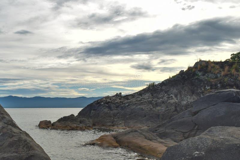 Formations de roche contre un coucher du soleil d'or image stock