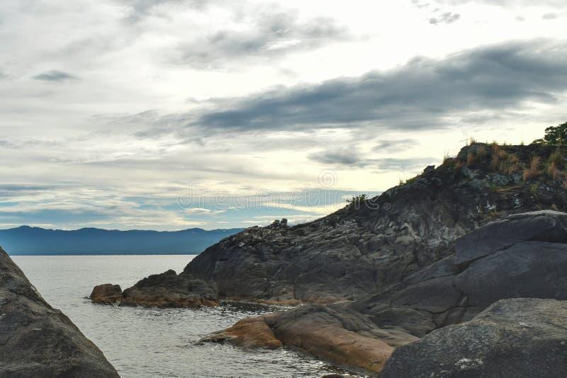 Formations de roche contre un coucher du soleil d'or images stock