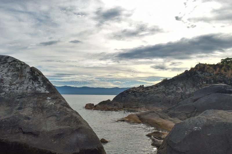 Formations de roche contre un coucher du soleil d'or photos stock