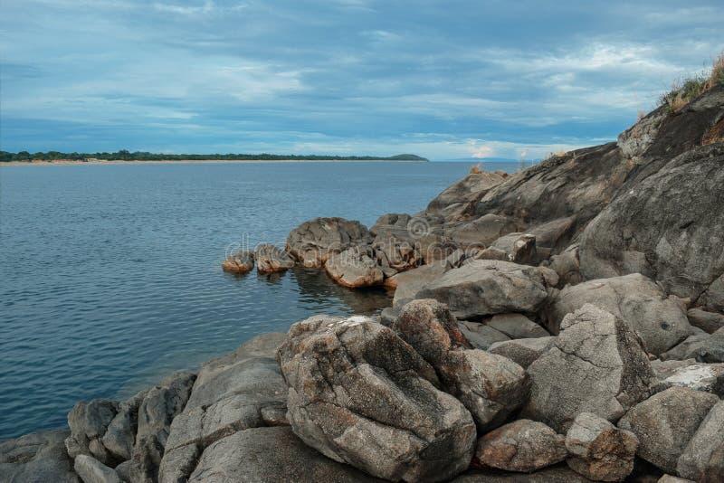 Formations de roche contre un coucher du soleil d'or photographie stock libre de droits