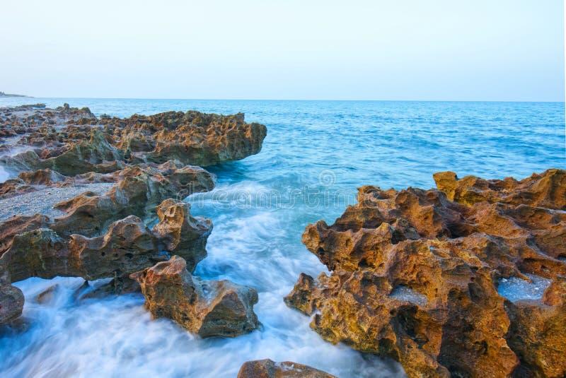Formations de roche d'océan et de chaux photographie stock libre de droits