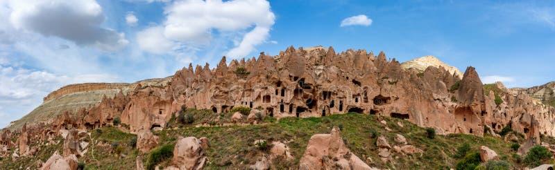 Formations de roche et ville de caverne en vallée de Zelve, Cappadocia, Turquie photos libres de droits