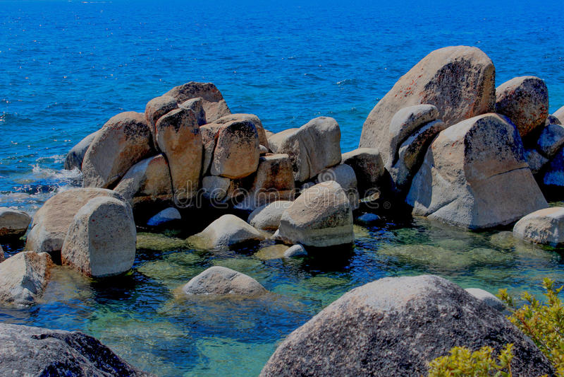 Formations de roche formées au lac area images stock