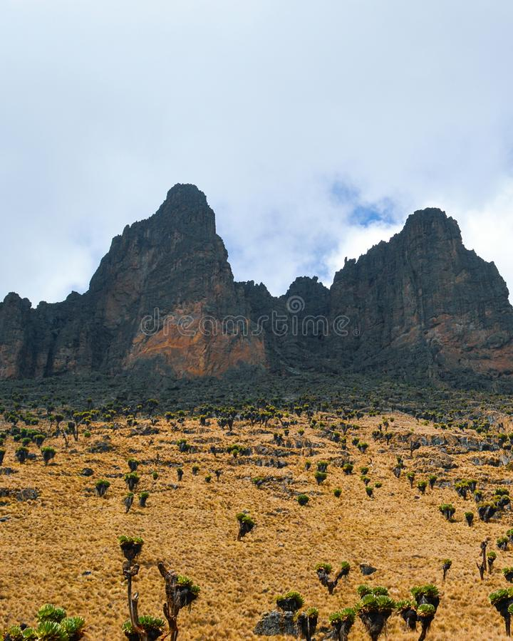 Formations de roche volcanique contre un ciel bleu, le mont Kenya photo libre de droits