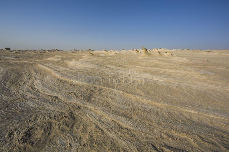 Formations de sable dans un désert près d'Abu Dhabi image libre de droits
