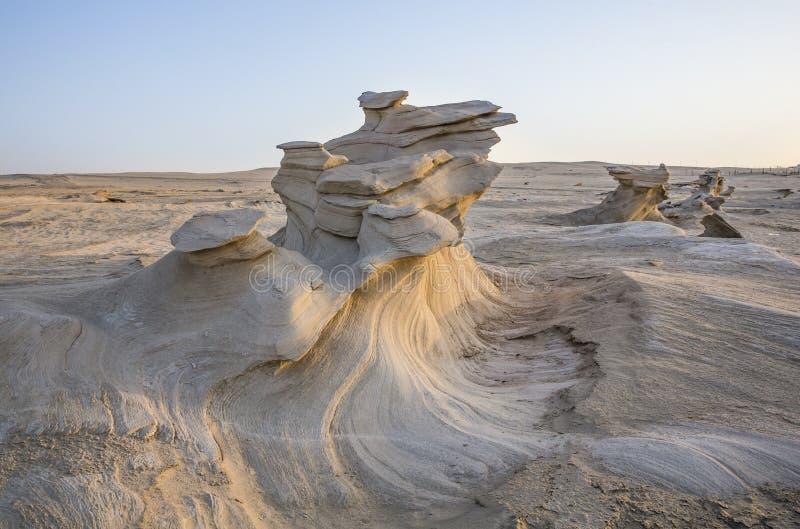 Formations de sable dans un désert près d'Abu Dhabi photographie stock