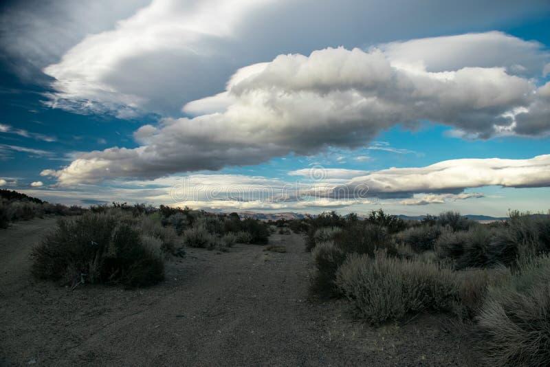Formations uniques de nuage juste à l'est de Sierra Nevada photos stock