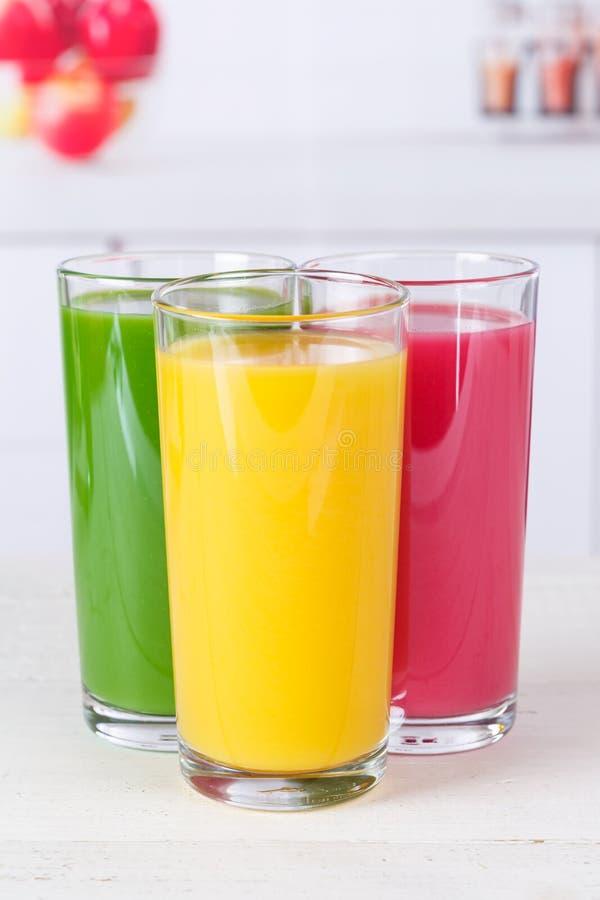 Formato de retrato de las frutas de la fruta de los smoothies del smoothie del jugo ea sano fotografía de archivo