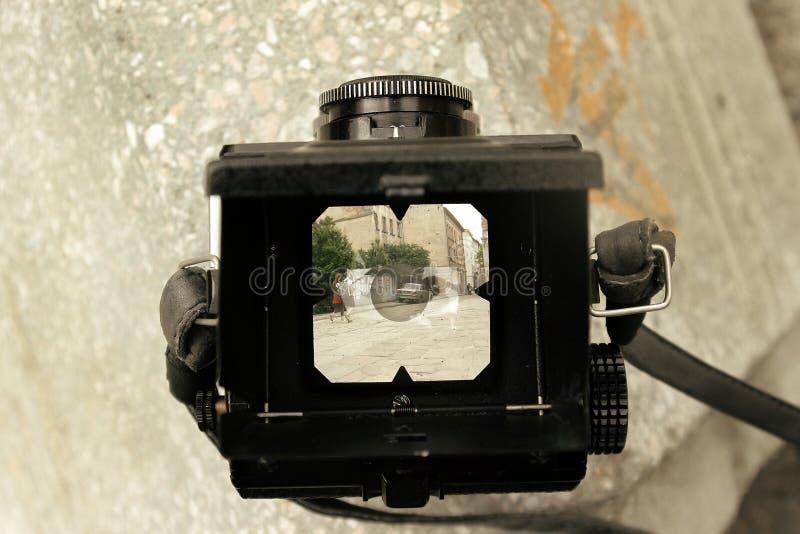 Formato medio de la cámara análoga elegante de la película en el fondo de la ciudad s imagen de archivo